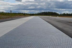Testovací dráha pro automobily ze speciálních dlažeb SKID PAN.