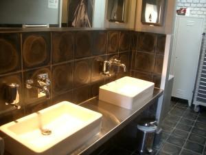 Dlaždice 250x250x22JRI použité v koupelně a WC