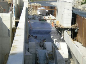 Čedičová dlažba 200x200x30 v betonové konstrukci elektrárna Alpy